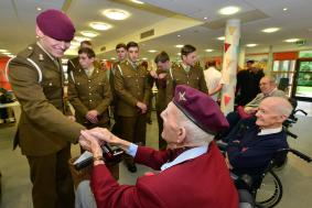 Veteran Dixie Dean meets young soldiers from 12 Regt RA.